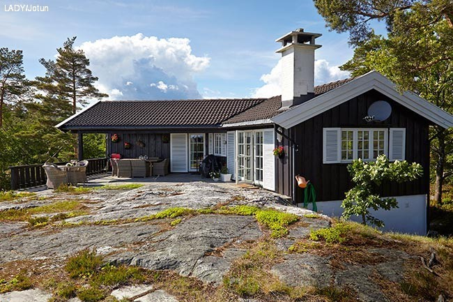 Stugan omges av fina uteplatser och skön natur. Fasaden är målad i färgen  0615 Mörk Brun från Jotun. 20ac5571d68ef