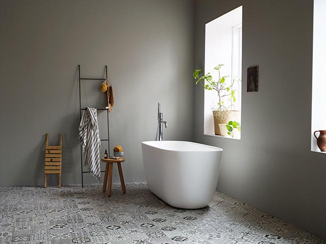 Målade badrumsväggar med LADY Aqua