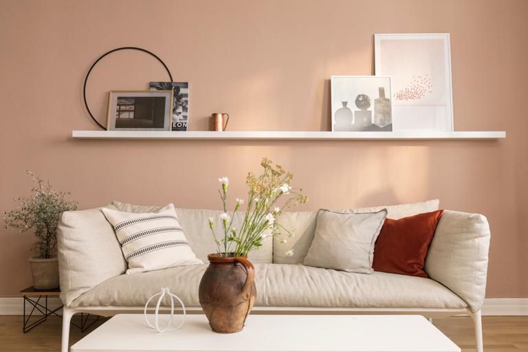 Allt listverk och fönster i vardagsrummet är målat i 9918 Klassisk Vit med LADY Supreme Finish Silkematt