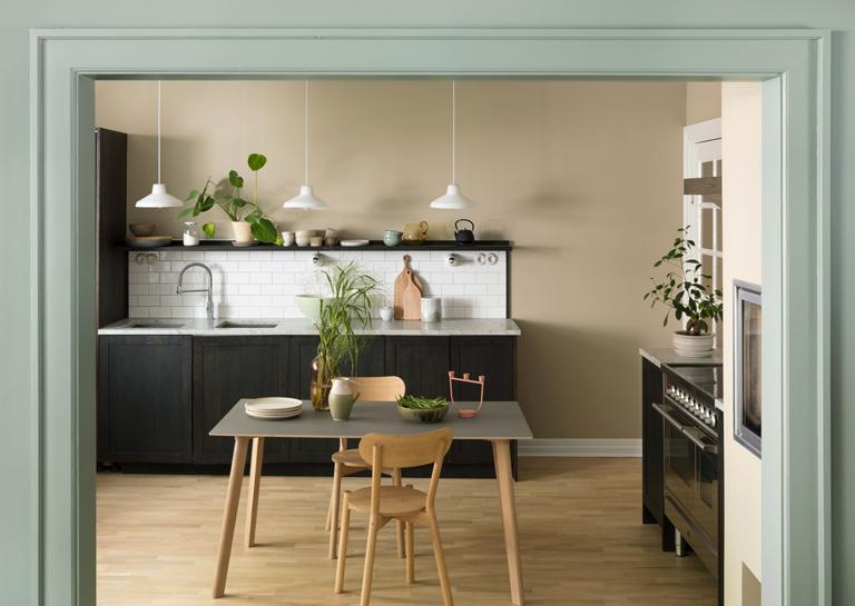 Köksväggarna är målade i färgen LADY 10961 Raw Canvas