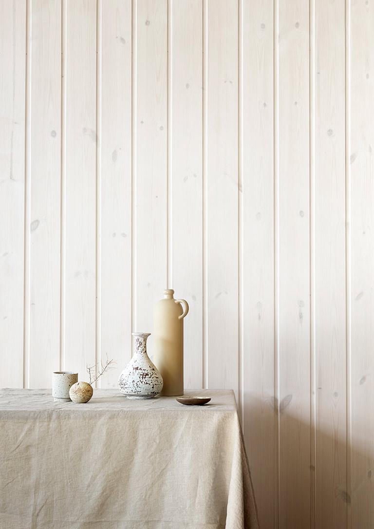 Vackra, vitlaserade väggar och tak i stugan