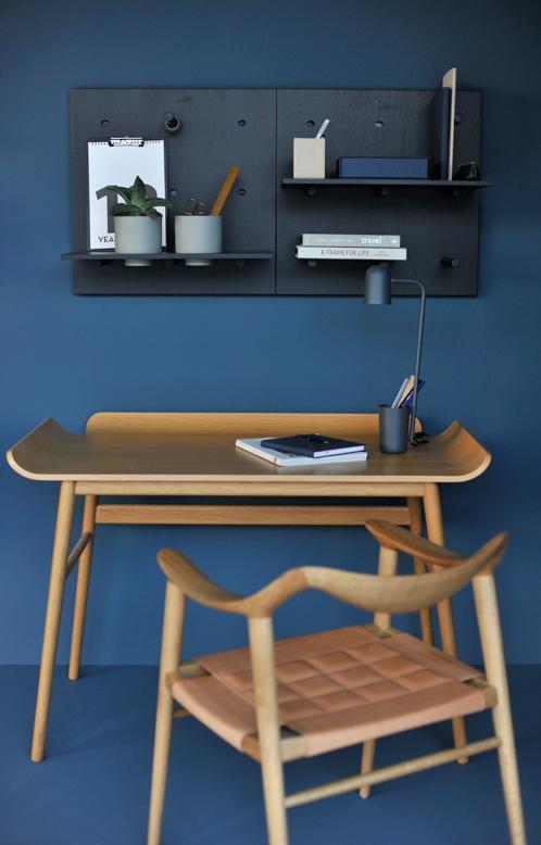 Dare to designstudios utställning av hyllsystem på vägg målad med LADY Industrial Blue