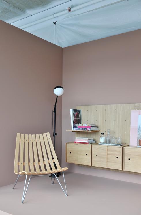 Dare to designstudio utställning av hyllsystem på vägg målad med LADY Savanna Sunset