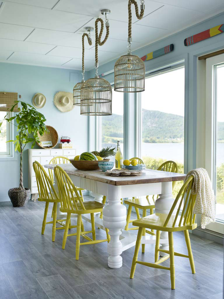 Matplats med SPONTAN gula stolar