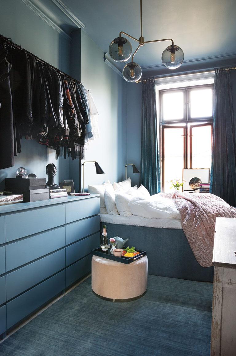 Litet sovrum blir blått och mysigt