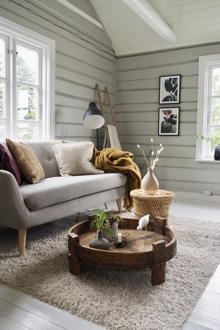 Sommarhus soffa grå väggar