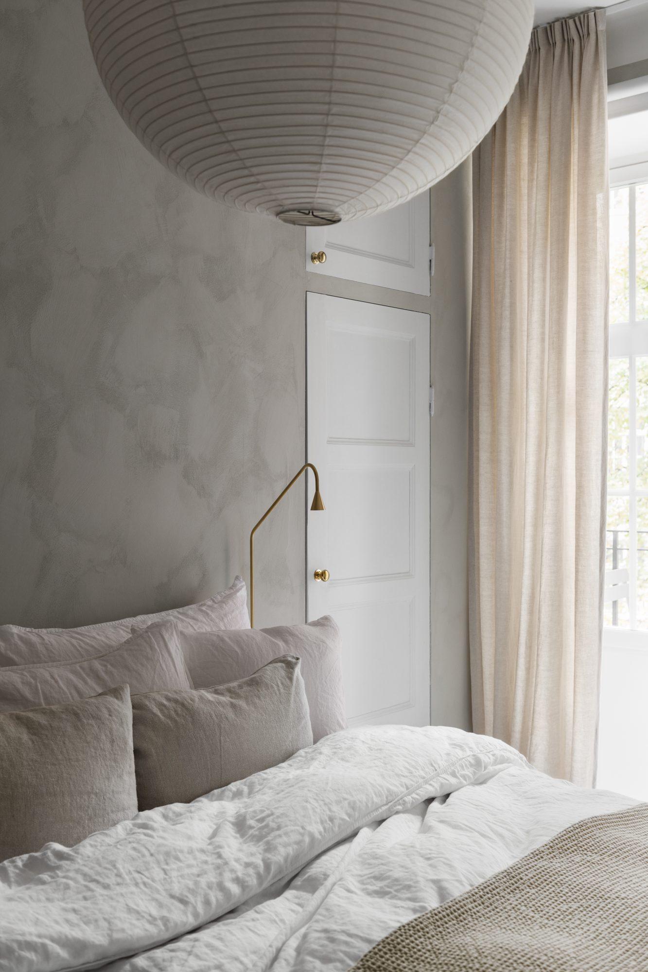 Rå struktur ger lugnt sovrum